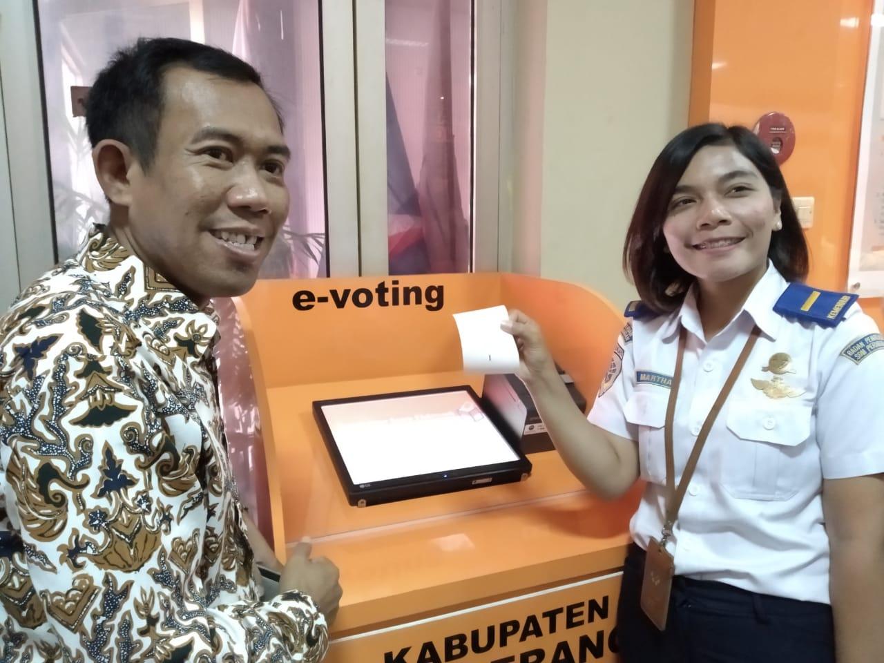 Aplikasi pemungutan suara berbasis digital (e-voting).