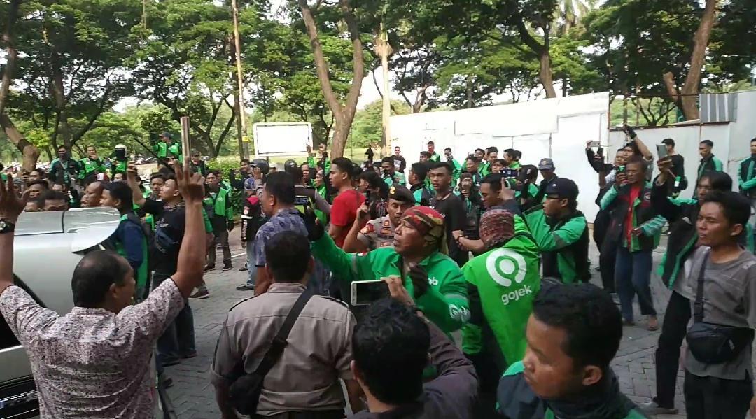 Suasana kerumunan driver ojek online (ojol) di depan Pos Polisi Sub Sektor Lippo Karawaci, Kamis (19/12/2019).