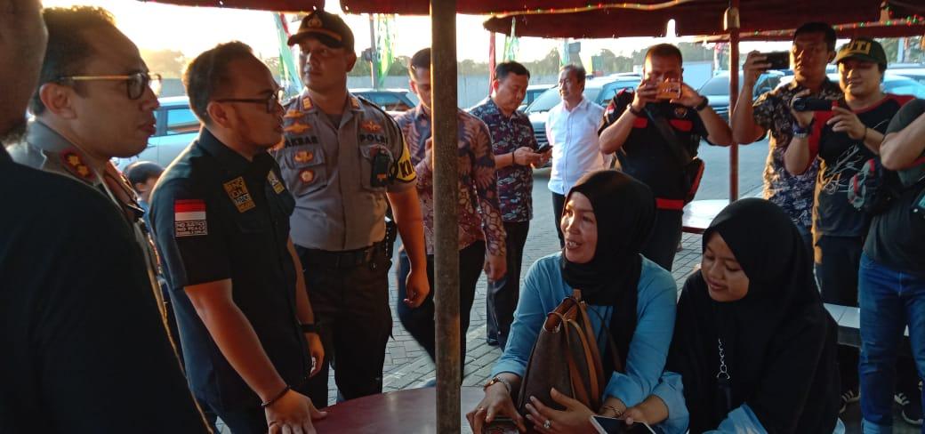 Anggota Komisi 3 DPR RI Rano Alfath bersama Kapolresta Tangerang Kombes Pol Ade Ary Syam Indradi saat meninjau pos pengamanan jelang perayaan tahun baru 2020 di wilayah hukum Polresta Tangerang, Senin (30/12/2019).