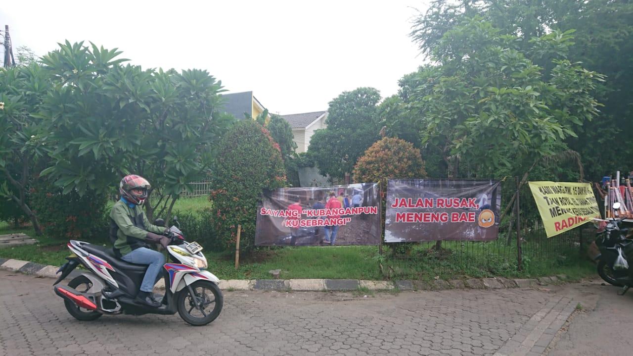 Tampak jalan rusak di Perumahan Taman Royal, Cipondoh, Kota Tangerang.
