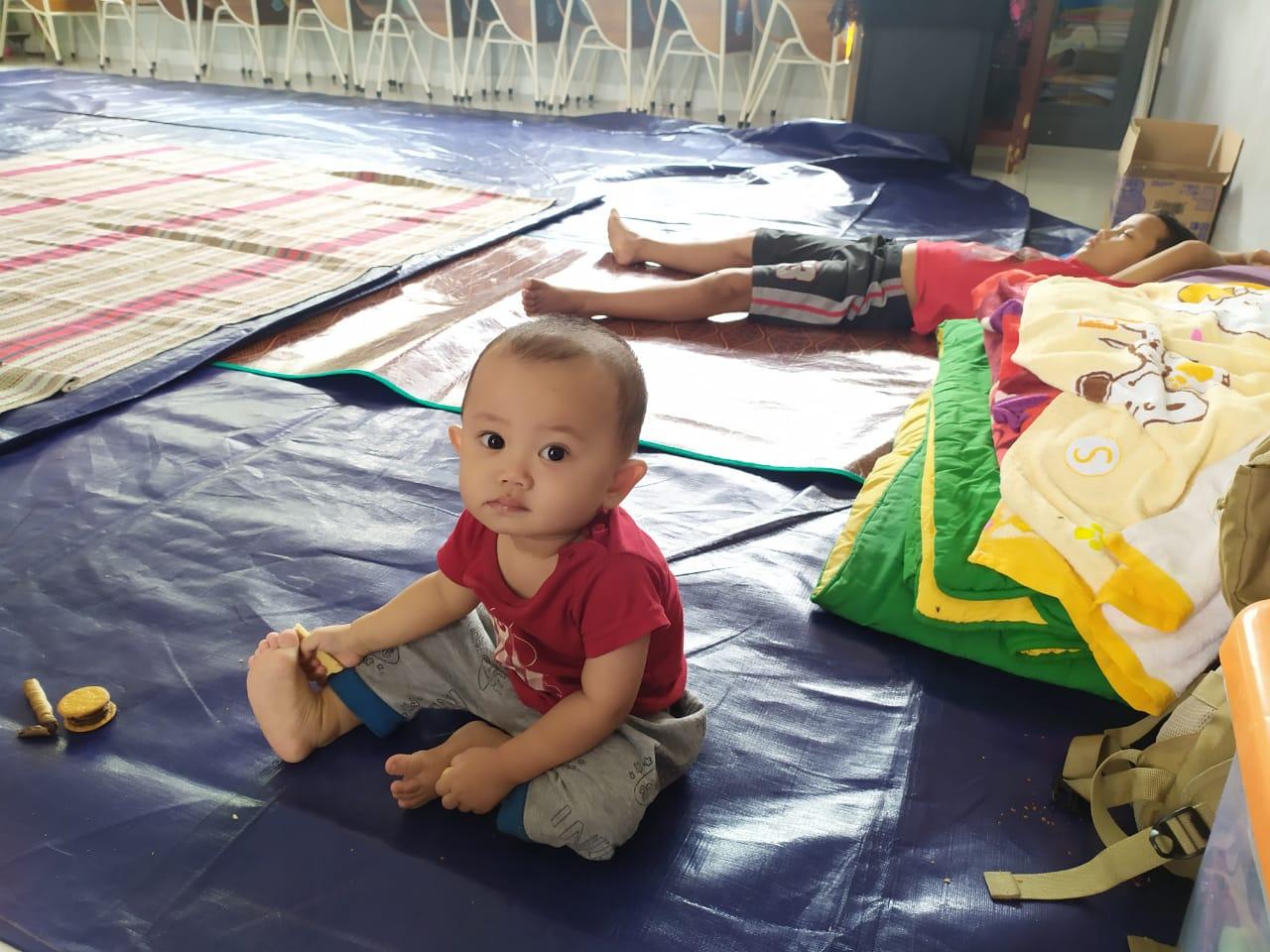 Keluarga Ila Rofikoh, 40, yang menjadi korban banjir di Perumahan Pesona Serpong, Kademangan, Setu, Tangerang Selatan.
