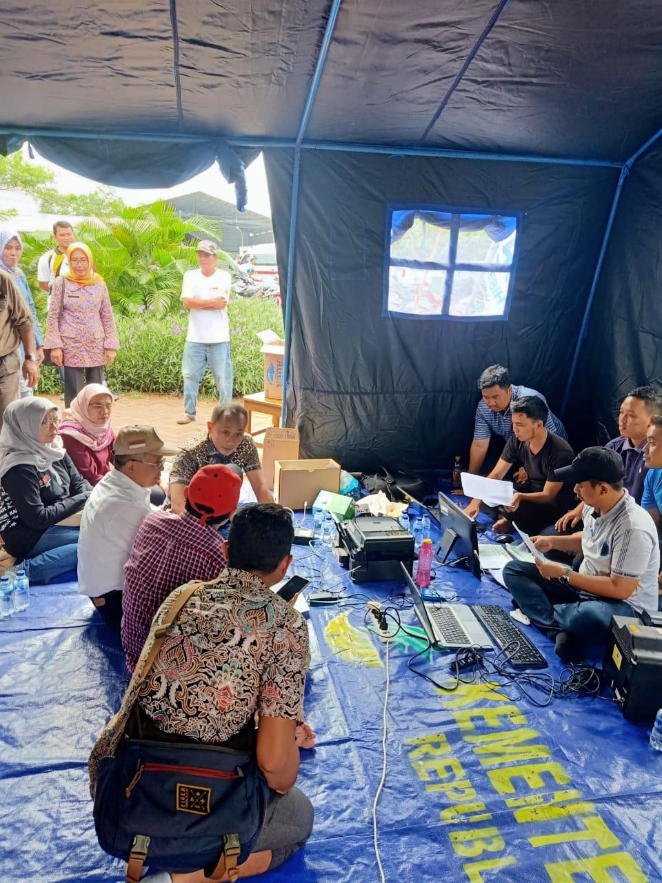 Para warga korban banjir saat menunggu pelayanan e-KTP di Teluknaga.