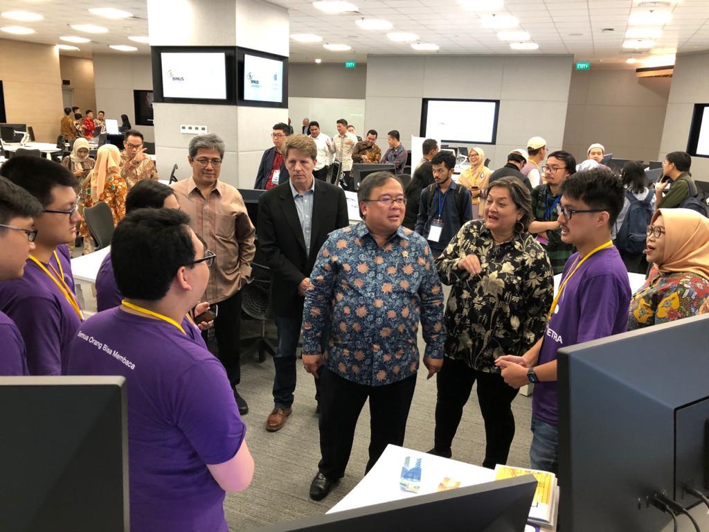 Menteri Riset, Teknologi dan Kepala Badan Riset Inovasi Nasional Bambang Permadi Soemantri Brodjonegoro saat melihat-lihat karya teknologi di Apple Developer Academy di BSD City.