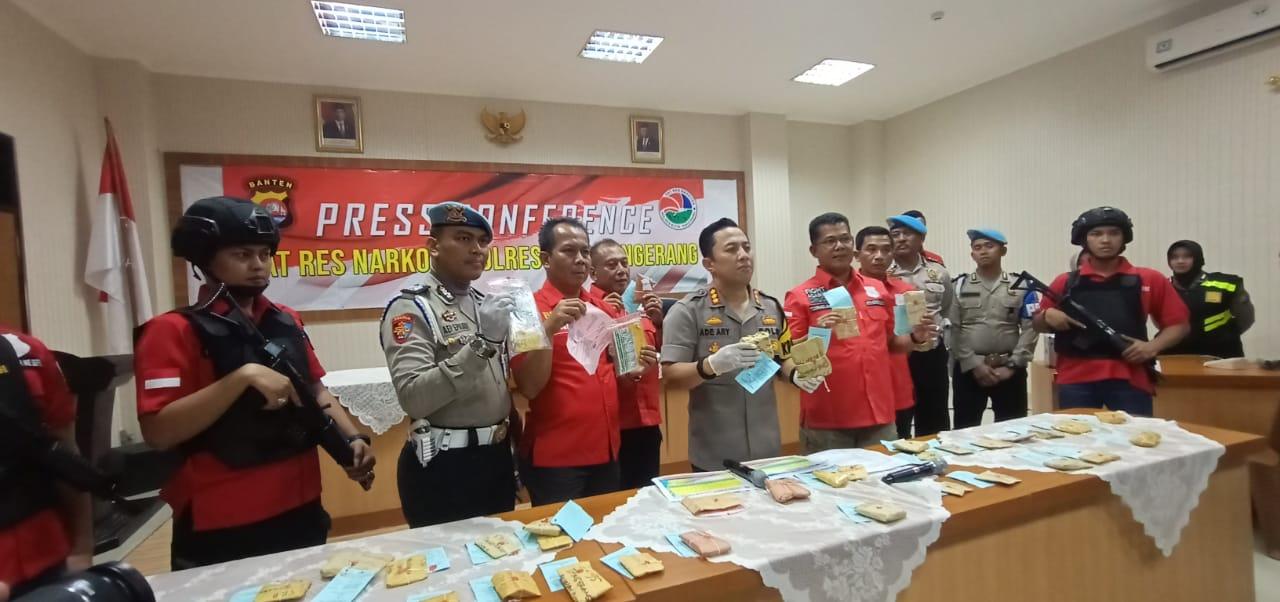 Kapolresta Tangerang, Kombes Pol Ade Ary Syam Indradi bersama anggotanya saat menunjukan barang bukti narkoba yang berhasil diamankan dari para tersangka.