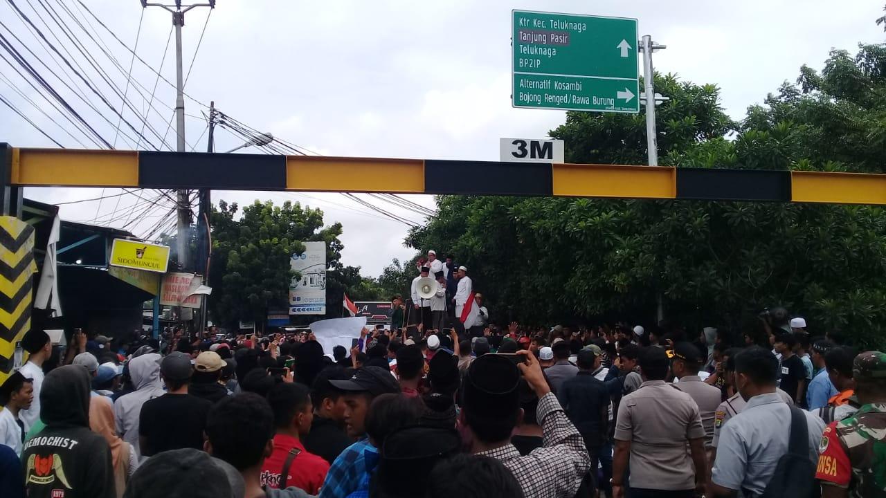 Suasana para santri pondok pesantren (ponpes) Al Hasaniyah yang berunjuk rasa dengan menutup Jalan Bojong Renged, di Desa Bojong Renged, Teluk Naga, Rabu (15/1/2020).
