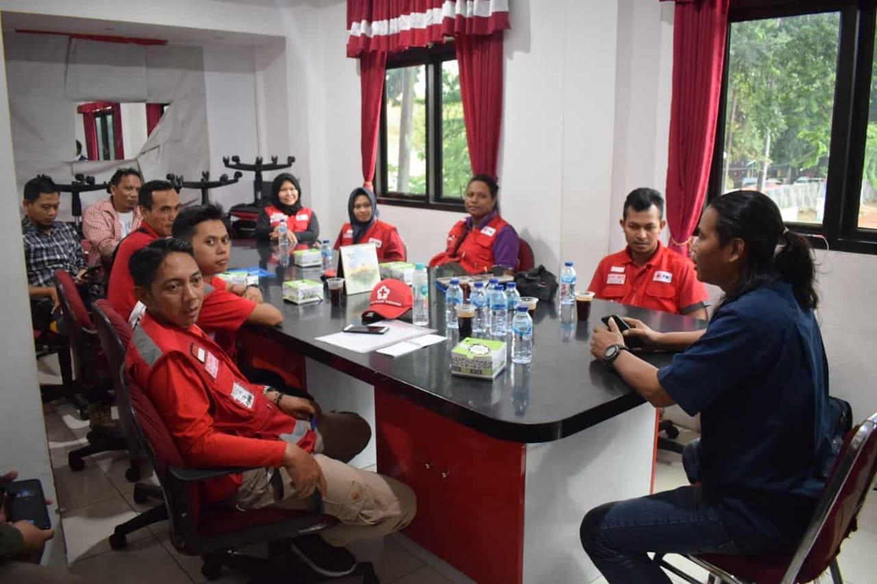 Personel Palang Merah Indonesia (PMI) saat bersiap-siap menyiapkan kegiatan penyegaran dan program magang logistik dan posko dalam tanggap darurat bencana.