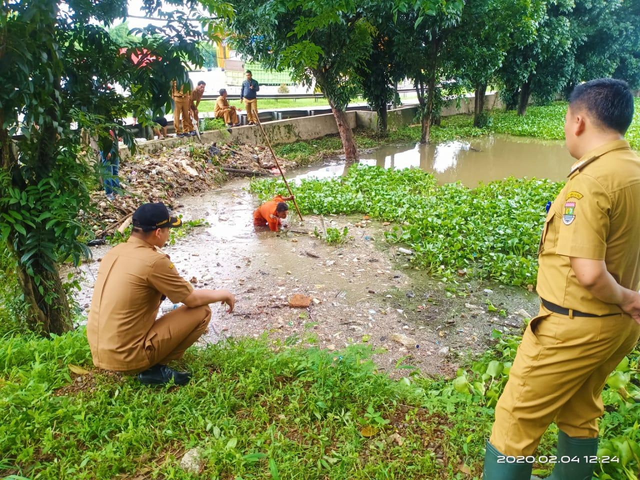 Camat Curug Supriyadi didampingi Kepala Desa Kadu M. Asdiansyah saat meninjau lokasi penampungan air di pinggir tol Tangerang, area gerbang tol Bitung, Selasa (4/2/2020).