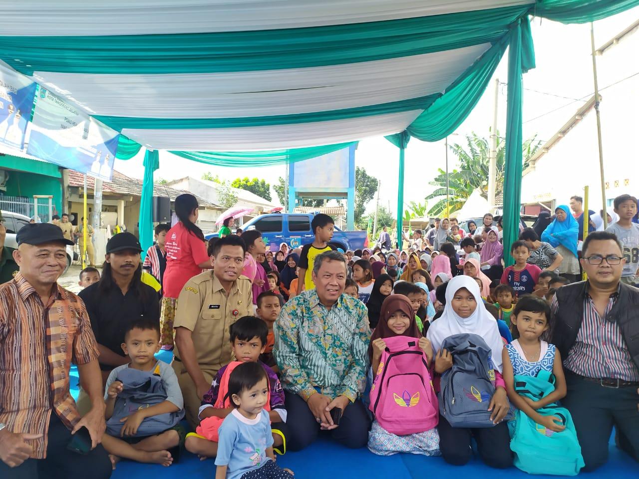 Wakil Wali Kota Tangsel Benyamin Davnie saat memberikan bantuan kepada anak-anak korban banjir di Pesona Serpong, Kademangan, Setu, Tangsel.