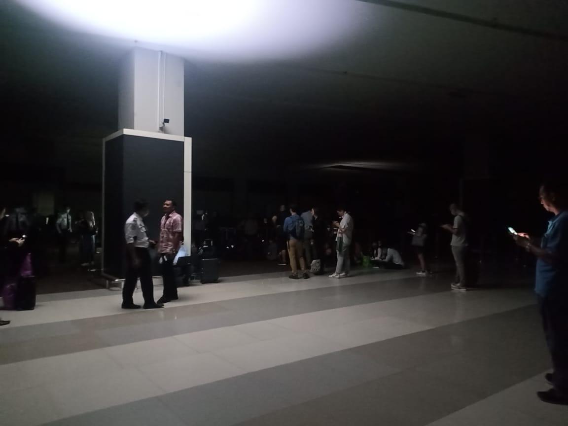 Suasana di Terminal 3 Bandara Internasional Soekarno-Hatta gelap gulita, Rabu (11/3/2020) malam.