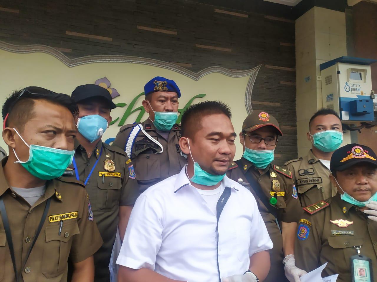 Satuan Polisi Pamong Praja (Satpol PP) Kota Tangerang Selatan melakukan razia di tempat hiburan malam karaoke, Rabu (18/3/2020).