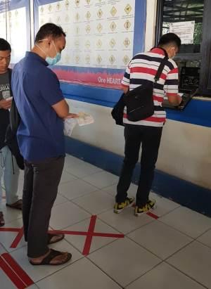 Penerapan Social Distancing bagi para pemohon SIM di Satpas SIM Cilenggang, Serpong, Tangsel, Sabtu (21/3/2020).