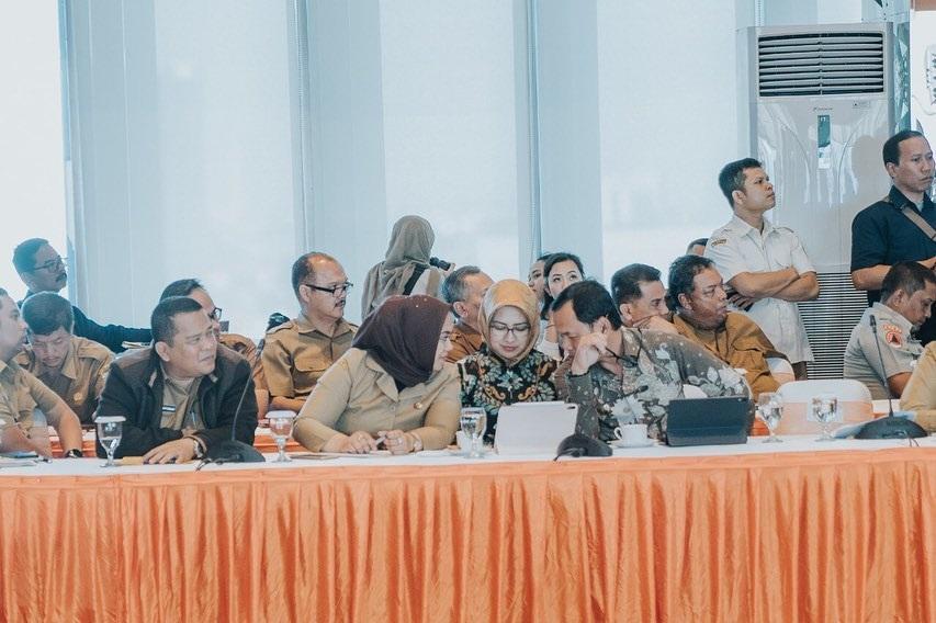 Wali Kota Tangerang Selatan Airin Rachmi Diany kini sedang menjadi pokok pembahasan oleh publik. Sebab, belakangan ini beredar foto dirinya sempat menghadiri rapat bersama dengan dua kepala daerah yang terserang virus Corona.
