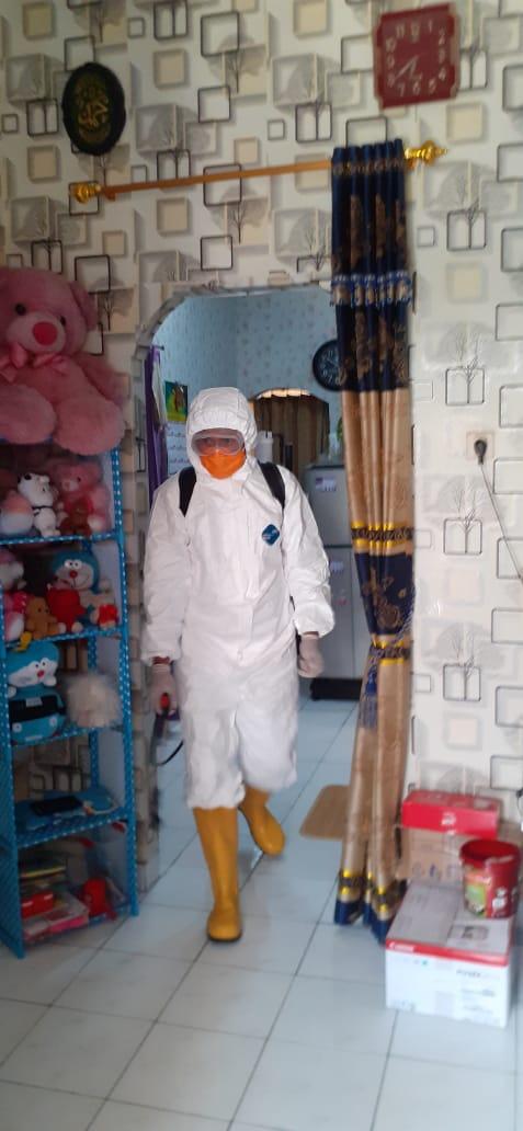 Personel BPBD Kabupaten Tangerang menyemprotkan disinfektan di rumah korban suspect virus Corona di Kelurahan Kutabaru, Kecamatan Pasar Kemis, Kabupaten Tangerang, Rabu (1/4/2020)