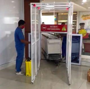 Bandara-bandara PT Angkasa Pura II operasikan mesin otomatis penyemprot cairan disinfektan ke bagasi tercatat, trolley dan nampan x-ray, Senin (6/4/2020).