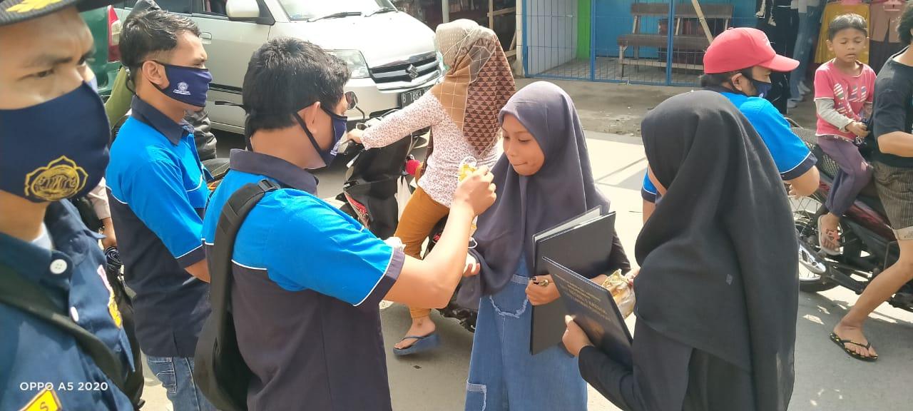 Pengurus Karang Taruna Kabupaten Tangerang membagikan masker kepada pengguna jalan di kawasan Pasar Kresek, Jumat (17/4/2020).
