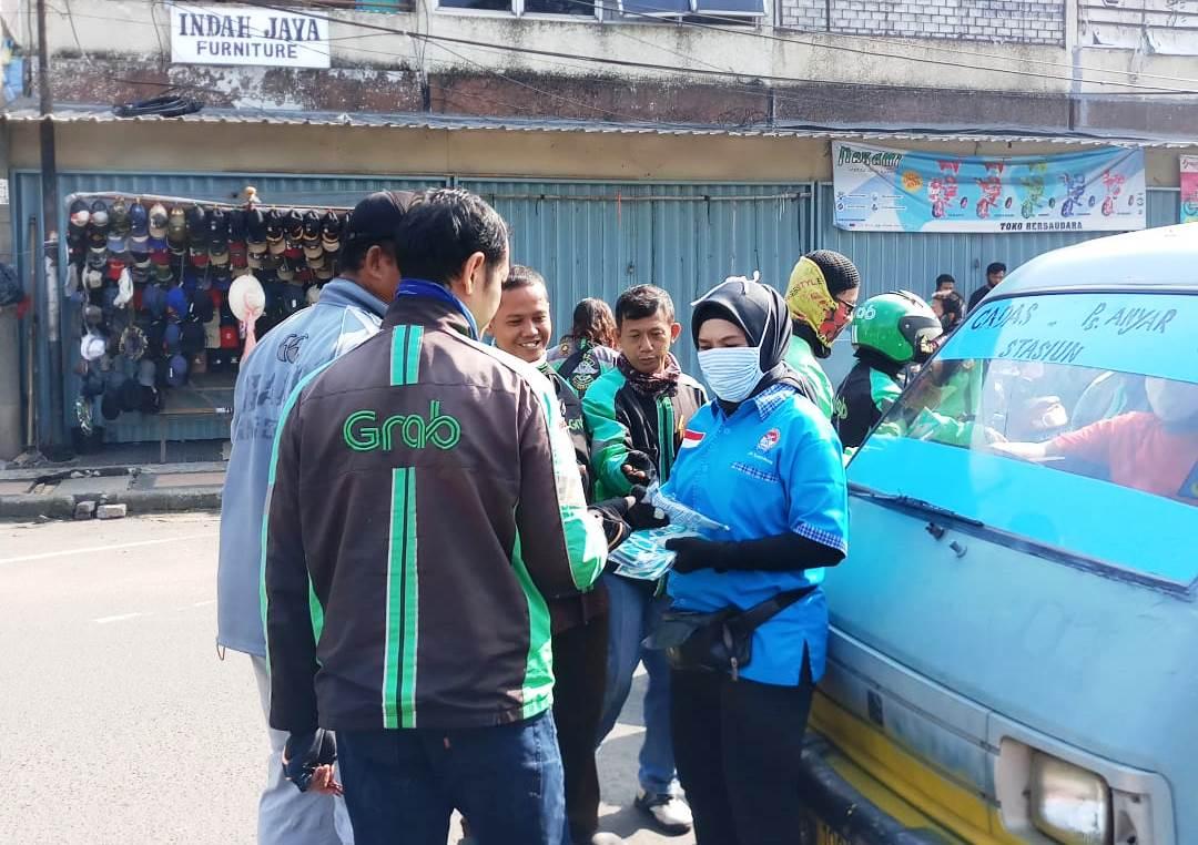 Pengurus Federasi Olahraga Rekreasi Masyarakat Indonesia (FORMI) Kota Tangerang membagikan masker kepada pengendara di Pasar Anyar, Jumat (17/4/2020).
