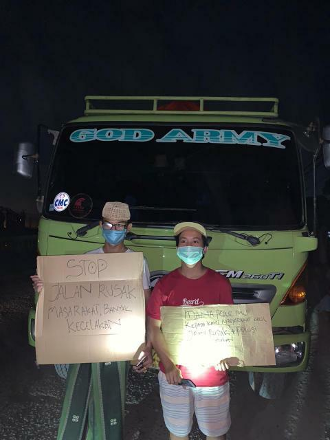 Sejumlah warga Selapajang Jaya memblokir truk tanah di Jalan Marsekal Suryadarma, Kecamatan Neglasari, Kota Tangerang, Sabtu (2/5/2020) malam.