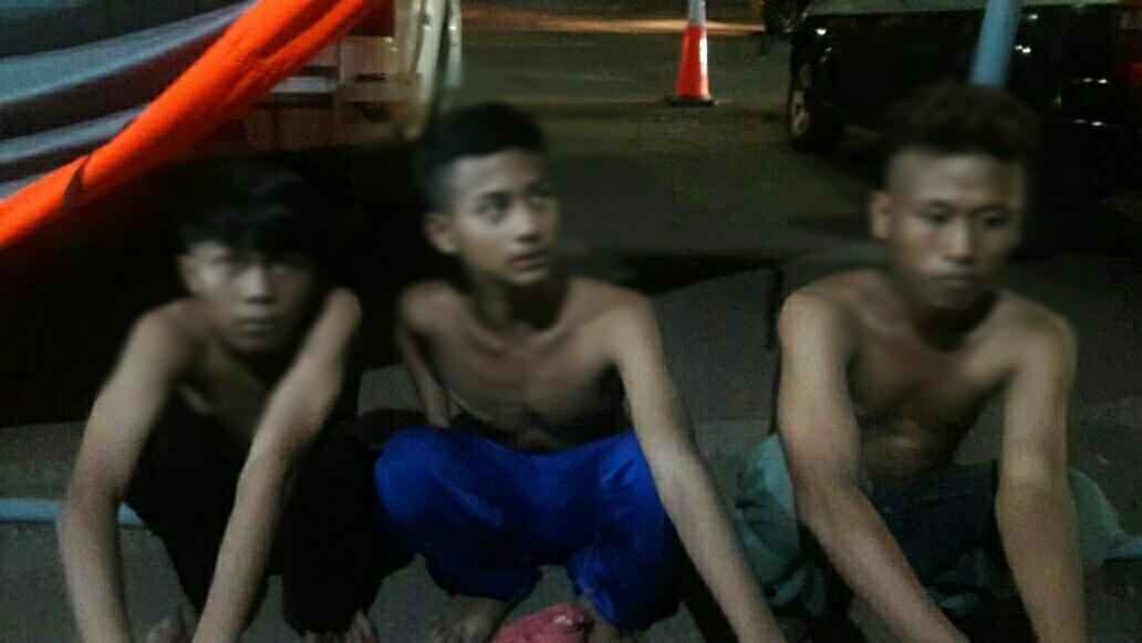 Tiga bocah diamankan petugas karena membawa senjata tajam saat melintasi cek poin PSBB di Jalan MH Thamrin, Kota Tangerang, Minggu (10/5/2020) dini hari