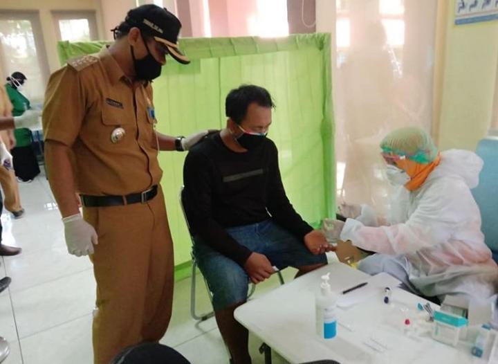 Para pelanggar PSBB di Rapid test kesehatan di kantor Kecamatan Karawaci, Jalan Proklamasi, Cimone, Kota Tangerang.
