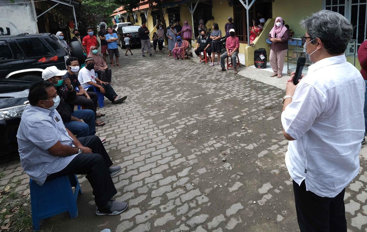 Managing Director President Office Sinar Mas Land, Dhony Rahajoe bersama Rano Karno menyerahkah satu paket sembako kepada warga Cipondoh yang terdampak Covid-19, Kota Tangerang, Kamis (21/5/2020)