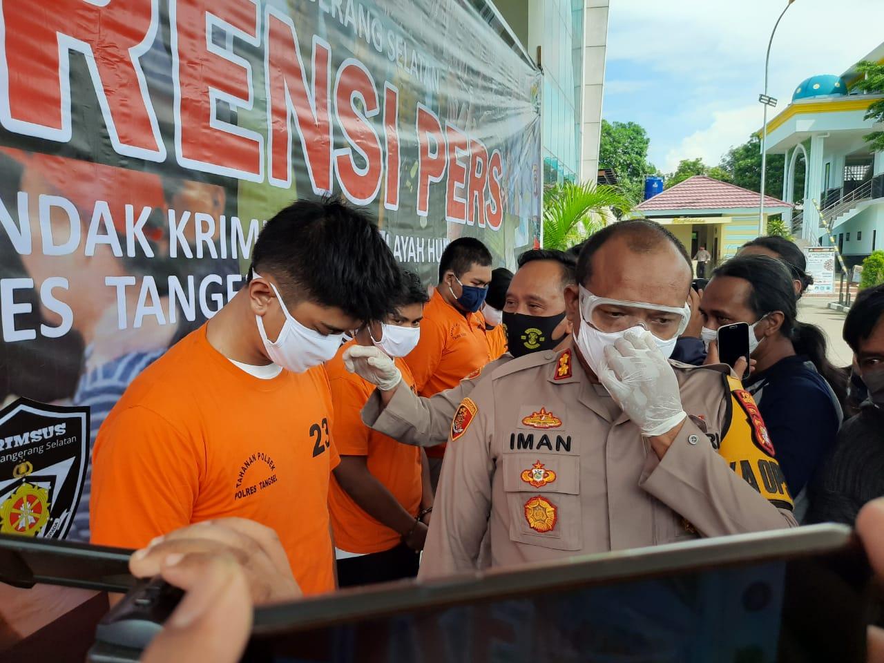 Kapolres Tangsel AKBP Iman Setiawan saat menginterogasi para tersangka pelaku pemerasan yang berlagak seperti layaknya polisi, Rabu (27/5/2020).