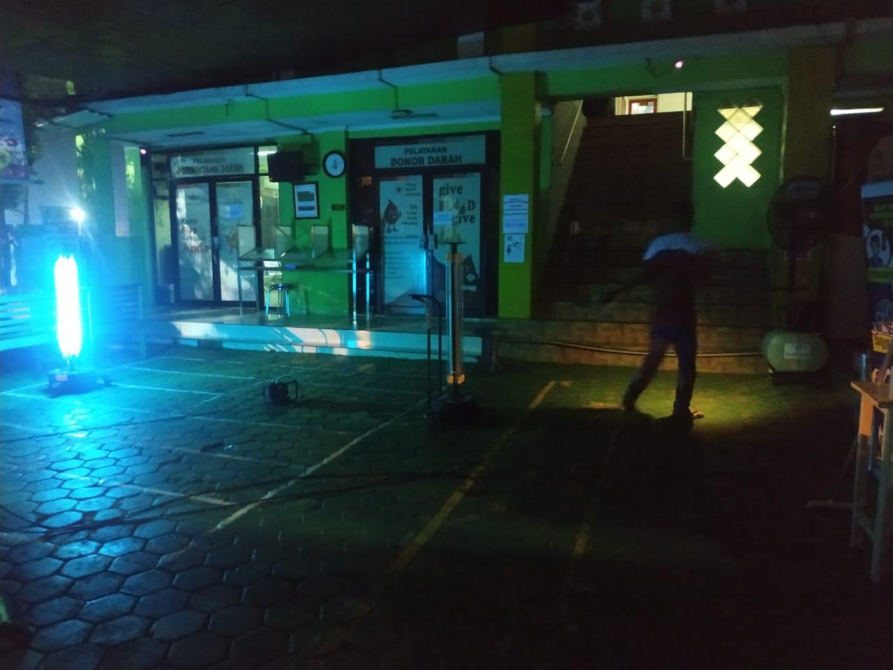 Petugas PMI Kota Tangerang sedang memanfaatkan sinar ultraviolet untuk sterilisasi ruangan sehingga dapat mencegah penyebaran virus dan bakteri, Selasa (16/6/2020).