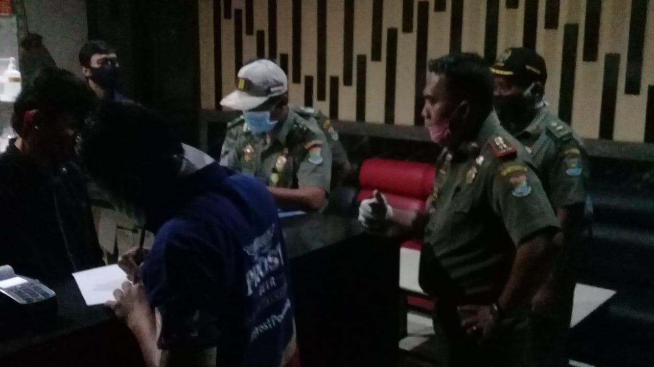 Personel Satpol PP Kabupaten Tangerang saat menertibkan tempat karaoke di kawasan Gading Serpong, Kelapa Dua, Selasa (16/6/2020) malam.