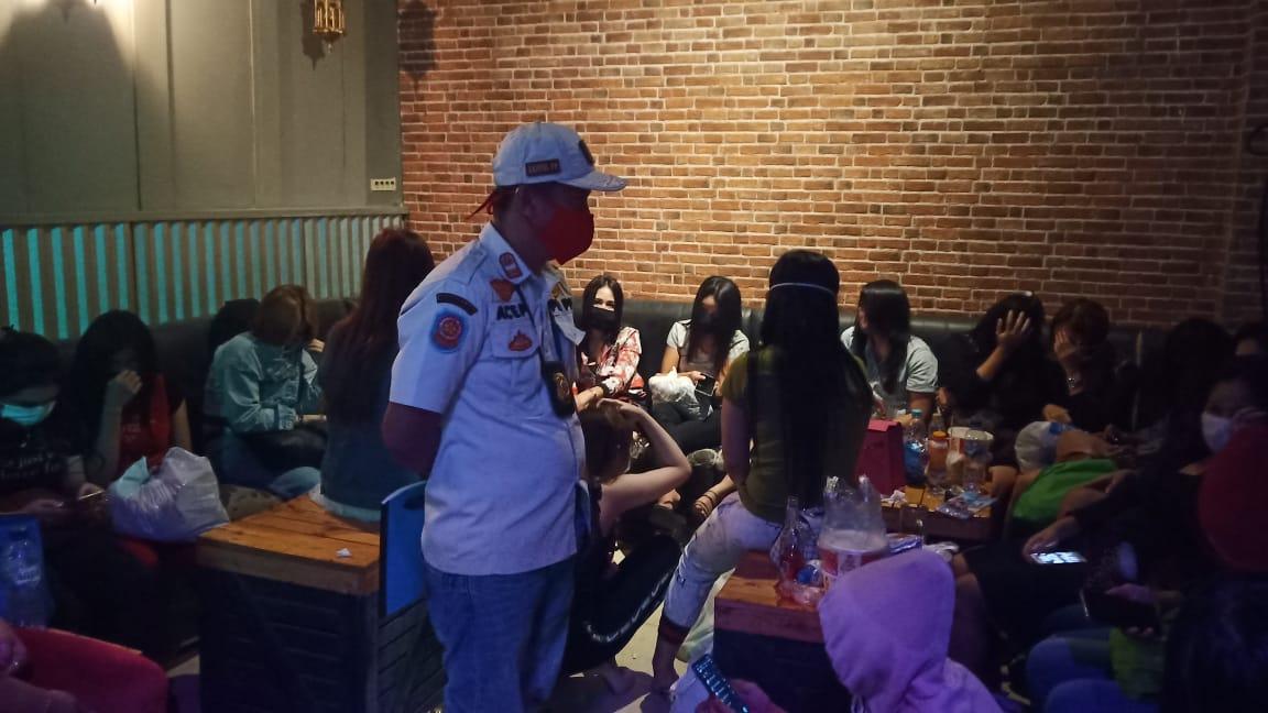 Satpol PP saat melakukan razia tempat hiburan yang bandel beroperasi saat Pembatasan Sosial Berskala Besar (PSBB) di Kabupaten Tangerang.