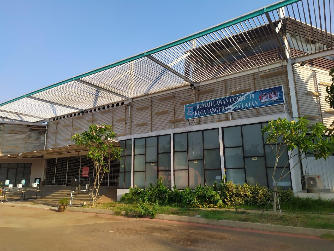 Wakil Wali Kota Tangsel Benyamim Davnie didampingi Koordinator Rumah Lawan COVID-19 Tangsel Suhara Manullang menunjukan surat yang menyatakan kesembuhan sepuluh pasien, Tangsel, Senin (27/7/2020).