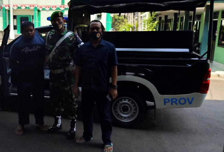 Personel TNI Kodim 0506/Tangerang saat mengamankan anggota TNI gadungan di Kodim 0506/Tangeran, Rabu (26/8/2020).