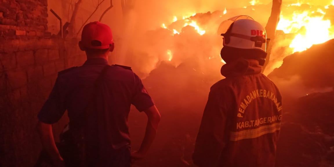 Kebakaran menghanguskan lapak limbah di Jalan Industri Cilongok, Pasar Kemis, Kamis (10/9/2020) malam.