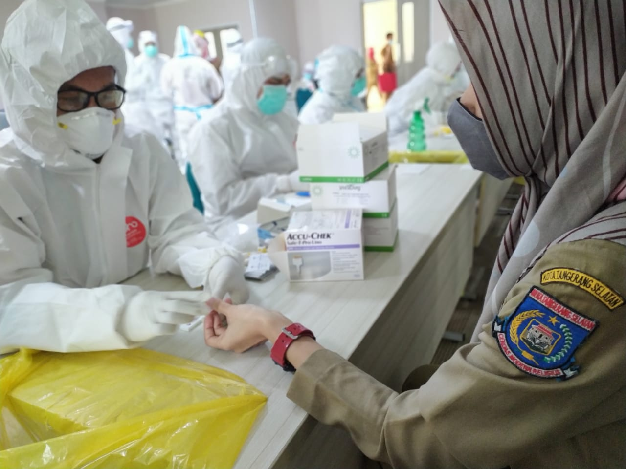 Petugas kesehatan sedang melakukan pemeriksaan tes cepat dan swab terhadap pegawai yang bertugas di lingkup Pemerintah Kota Tangerang Selatan di Gedung 3 Puspemkot di Jalan Maruga Raya, Ciputat, Tangsel, Selasa (14/9/2020).