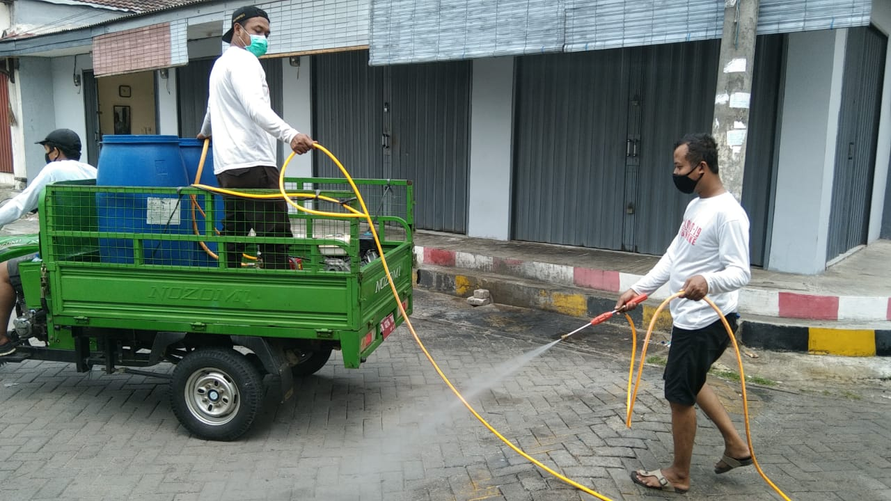 Lurah Cimone Ade Fitri Akbar saat melakukan sosialisasi protokol kesehatan di tingkat RT dan RW yang melibatkan unsur Karang Taruna serta Binamas, Babinsa, Satgas COVID-19, Kota Tangerang, Minggu (20/9/2020).