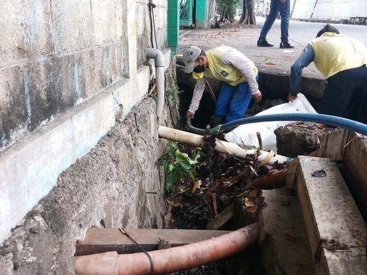 Petugas Dinas PUPR Kota Tangerang saat melakukan normalisasi saluran air di kawasan Kecamatan Karawaci, Kota Tangerang.