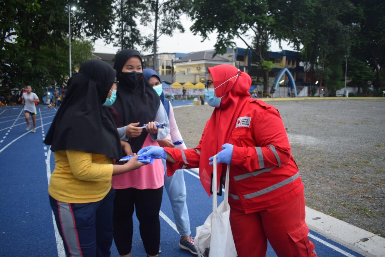 Petugas Palang Merah Indonesia (PMI) Kota Tangerang menyerahkan boks coklat dan biskuit untuk warga terdampak serta penyintas COVID-19, Kota Tangerang, Minggu (25/10/2020).