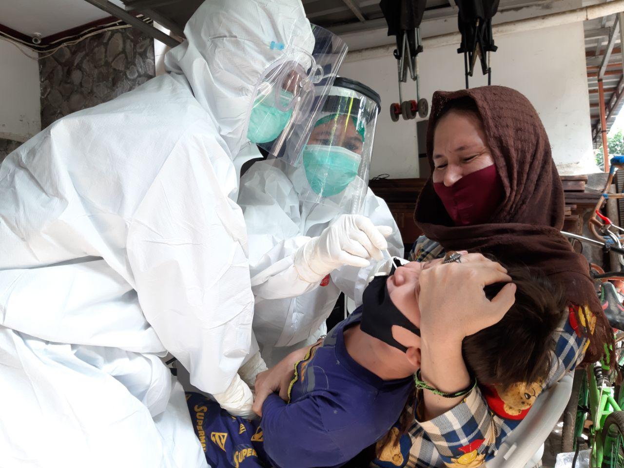 Petugas medis saat menjalani tes usap atau swab test terhadap warga negara asing (WNA) di wilayah Kelurahan Isangan, Kecamatan Ciputat Timur, Tangerang Selatan, Rabu (28/10/2020).