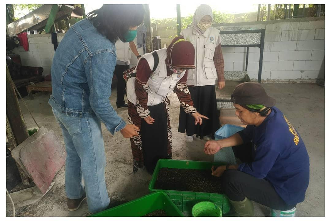 Aktivis Benua Lestari Indonesia Kota Tangerang Eko Fauzan saat memaparkan budidaya maggot kepada para akademisi di Perumahan Benua Indah, Kecamatan Karawaci, Kota Tangerang, Rabu (28/10/2020).
