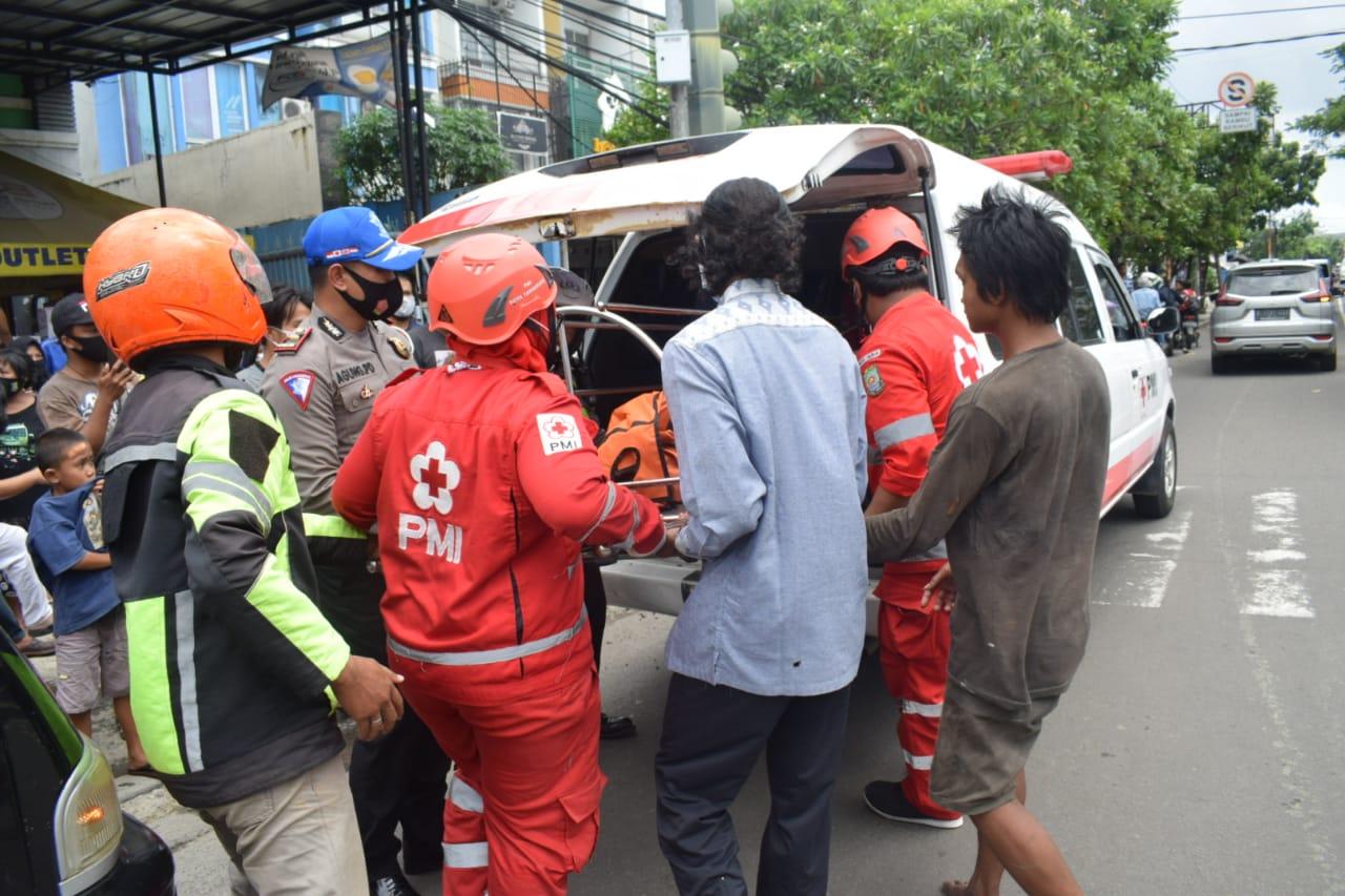 Personel PMI dan Kepolisian hendak memasukan korban jiwa kedalam se unit mobil PMI Kota Tangerang, di kawasan Karawaci, Kota Tangerang, Selasa (8/12/2020).