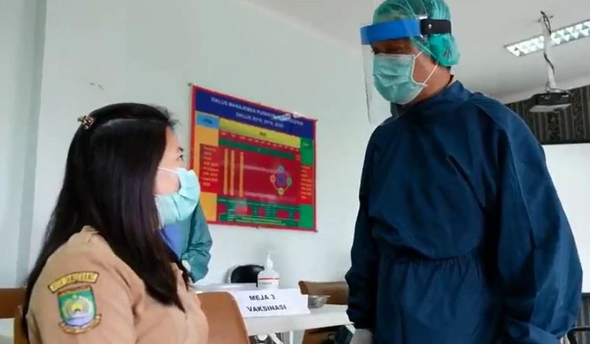 Petugas COVID-19 saat melakukan vaksin COVID-19 tahap pertama, Pemkot Tangerang melalui Dinas Kesehatan (Dinkes), Kota Tangerang.