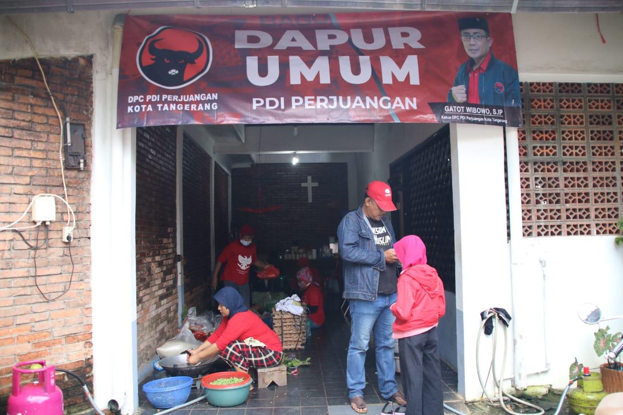 Ketua DPRD Kota Tangerang Gatot Windows bersama warga setempat saat meninjau di beberapa lokasi yang terdampak banjir