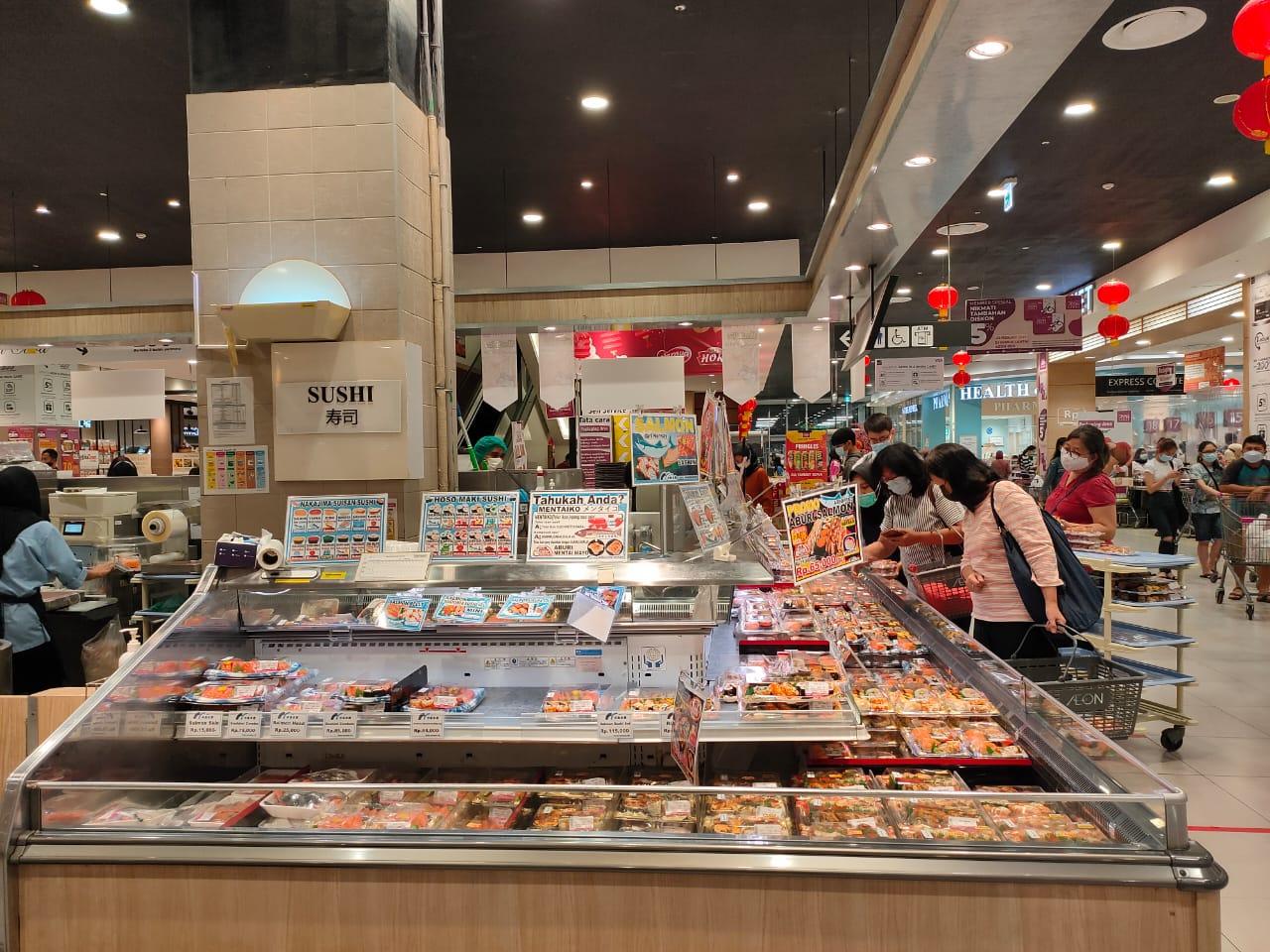Sejumlah sushi yang disediakan dengan varian yang beragam di Aeon Mall BSD City, Tangerang Selatan, Selasa (23/02/2021).