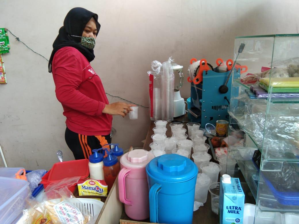 Pemilik Kafe Sawarna saat menyiapkan puluhan es teh gratis kepada jamaah Salat Jumat yang berlokasi di kawasan Masjid Al-Islah, Jalan Meteorologi, RT03/08, Kelurahan Tanah Tinggi, Kota Tangerang, Jumat (26/02/2021).