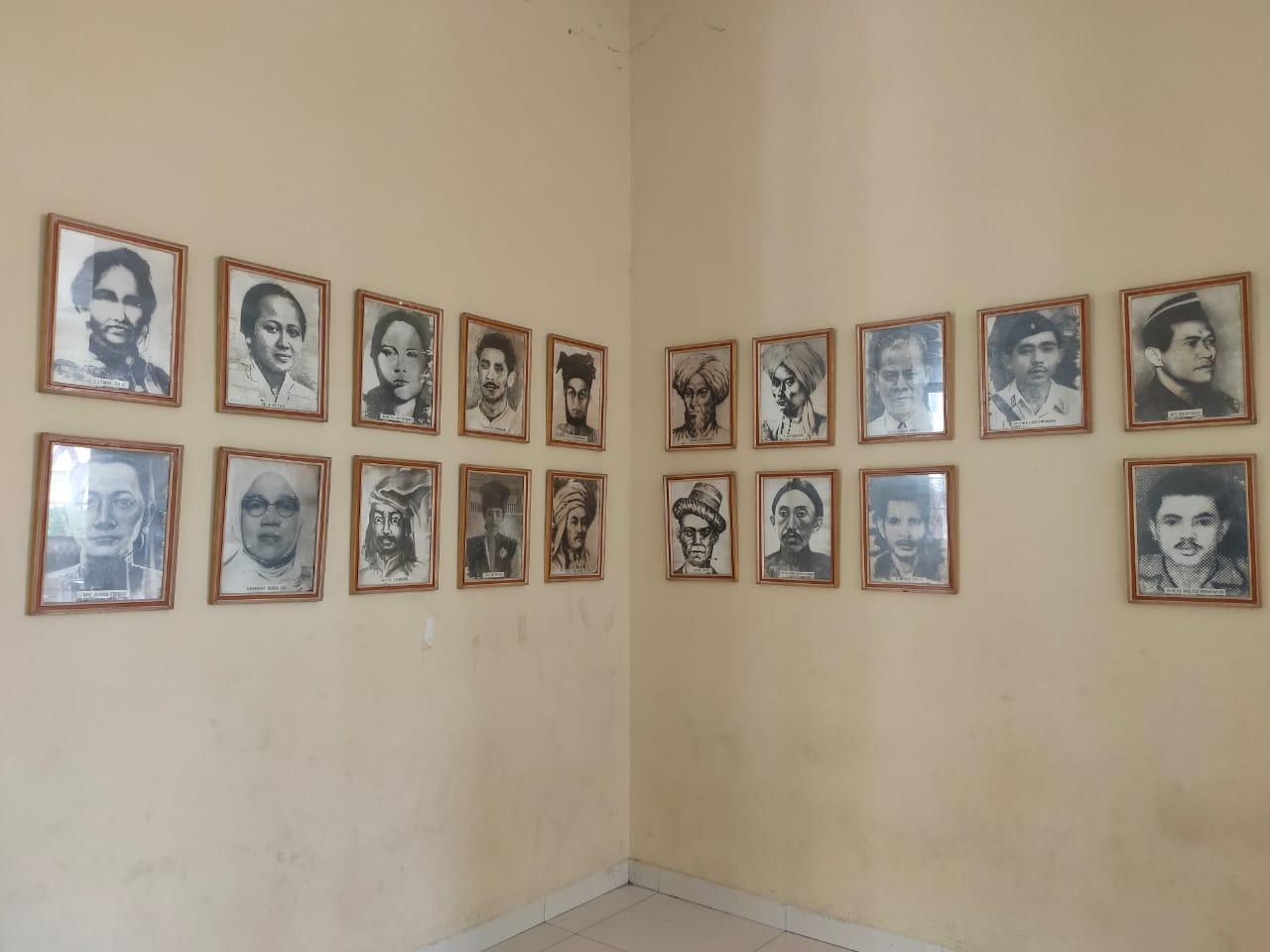 Sejumlah bingkai yang berisi foto tokoh-tokoh pahlawan.