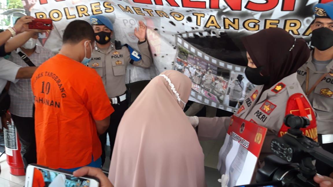 Polres Metro Tangerang Kota melakukuan ungkap kasus penangkapan seorang ibu berinisial SN dan anaknya terkait pemalsuan surat dalam jumpa pers, Jumat (21/5/2021).