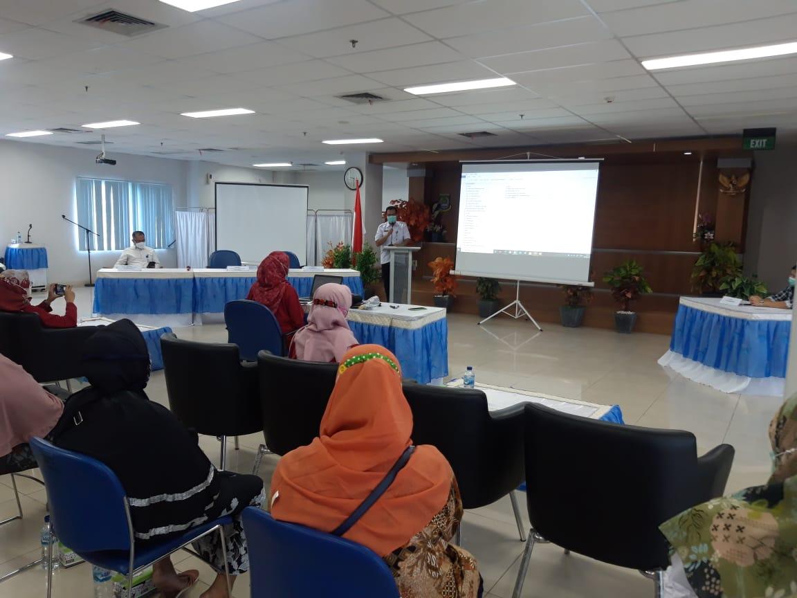 Kepala Bidang Pelayanan Medis dan Keperawatan RSUD Kota Tangerang dr H Amir Ali MKM saat membuka kegiatan Kelas Lansia dalam rangka memperingati Hari Lanjut Usia Nasional 2021 di Aula RSUD Kota Tangerang.