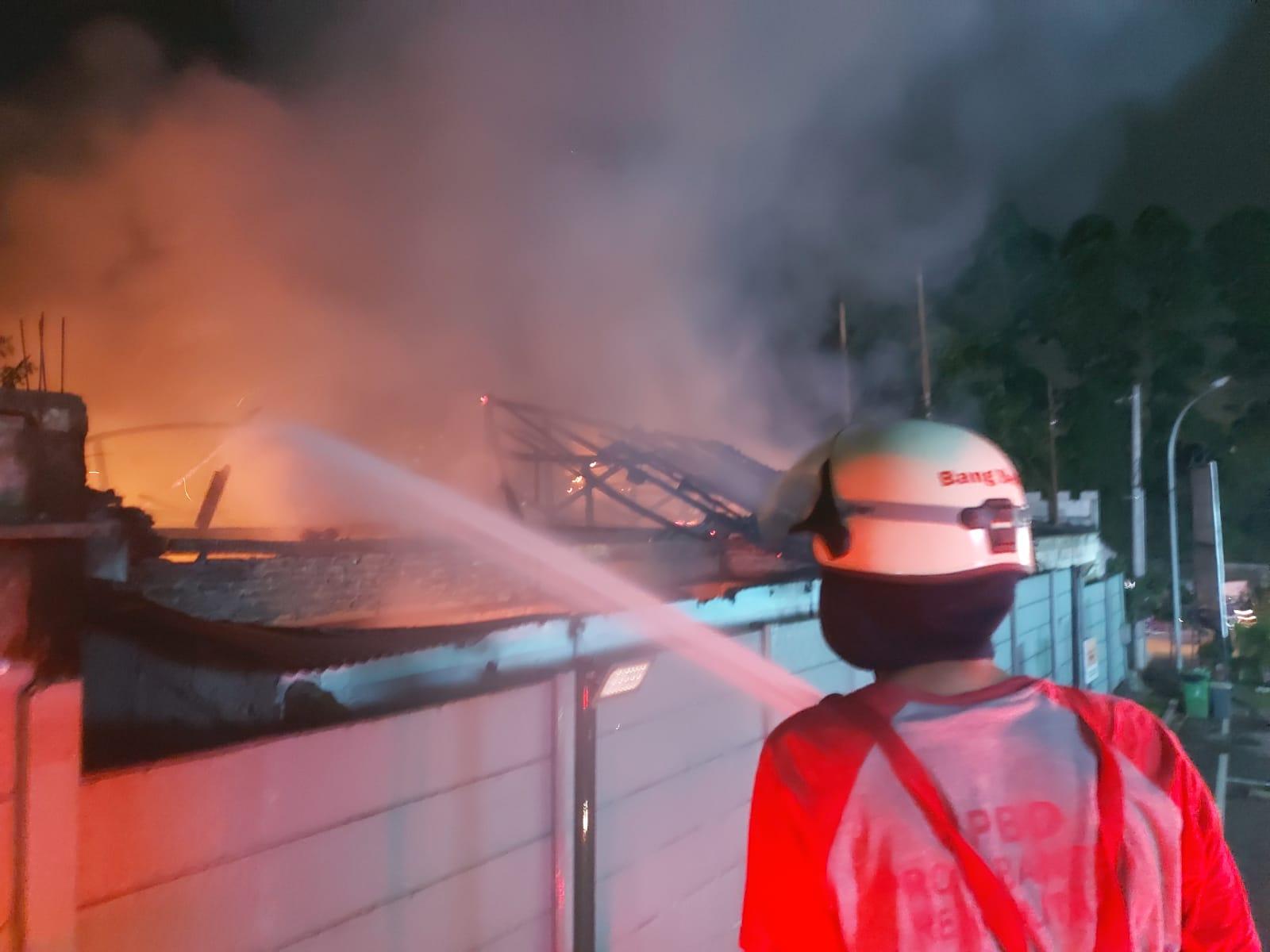Petugas Badan Penanggulangan Bencana Daerah (BPBD) Kabupaten Tangerang saat berusaha memdamkan kobaran api di kantor Kepala Desa Bitung Jaya yang berlokasi di Kampung Bitung, Bitung Jaya, Kabupaten Tangerang, Rabu, 9 Juni 2021 malam.
