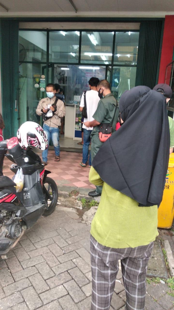 Warga saat hendak membeli obat anti virus COVID-19 di Apotik yang berlokasi di Citra Raya, Cikupa, Kabupaten Tangerang, Rabu 30 Juni 2021.