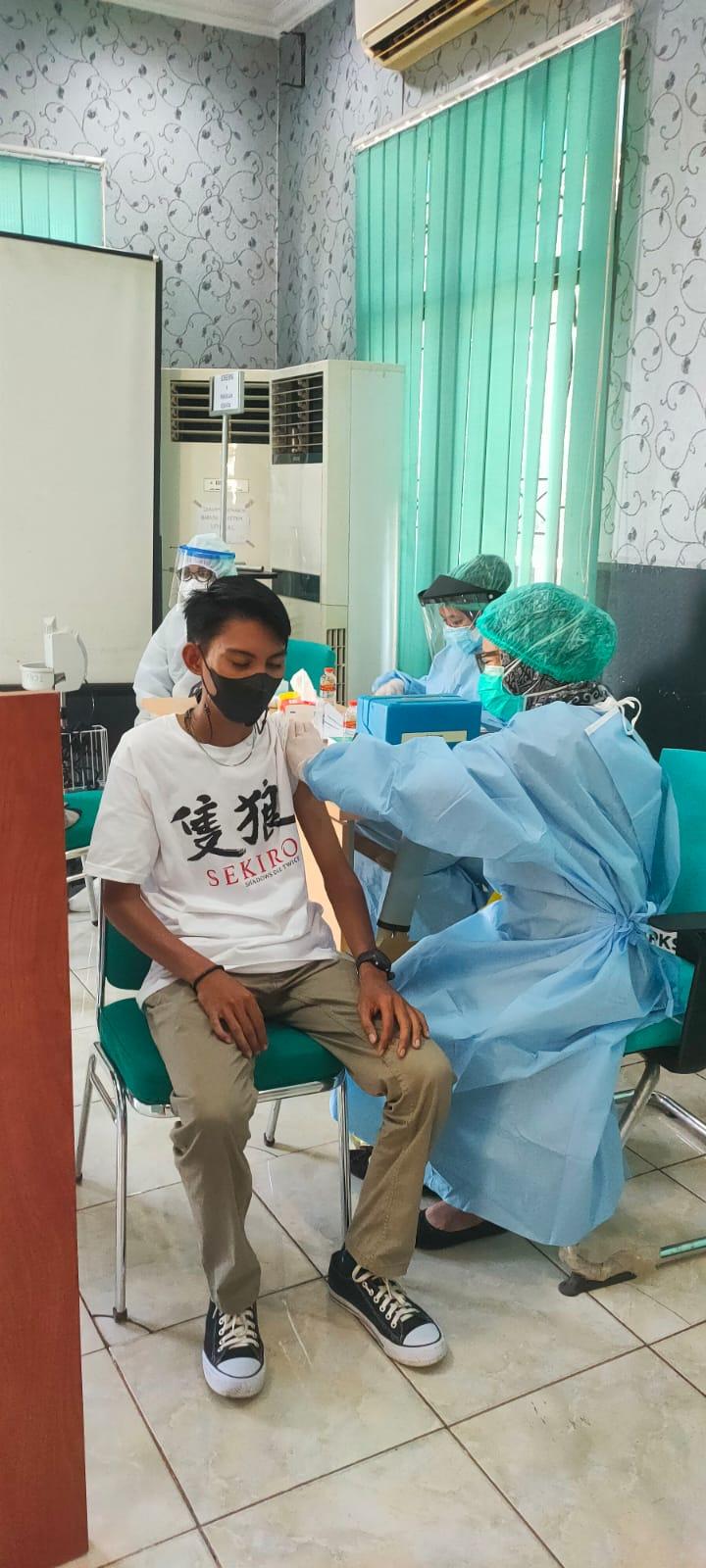 Kegiatan vaksinasi guna mencegah penyebaran COVID-19 di Aula Kecamatan Setu, Tangerang Selatan, Minggu, 18 Juli 2021.