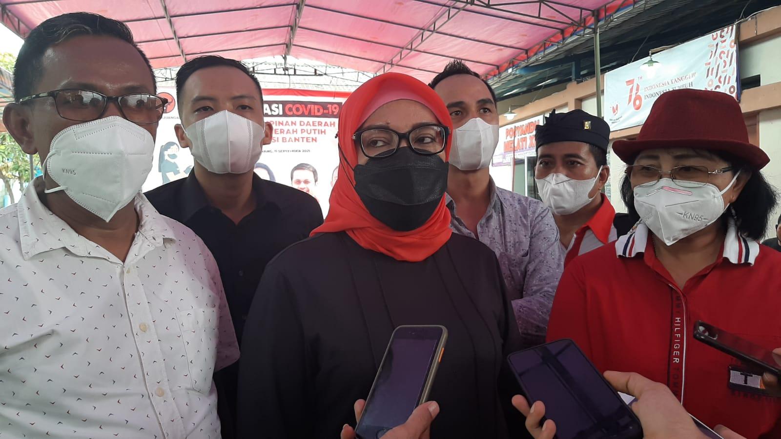 Anggota DPRD Kabupaten Tangerang Lisiawati Lase saat meninjau peserta yang disuntik vaksin Sinovac dosis kedua di Kelurahan Kutajaya, Kecamatan Pasar Kemis, Kabupaten Tangerang, Sabtu 11 September 2021.