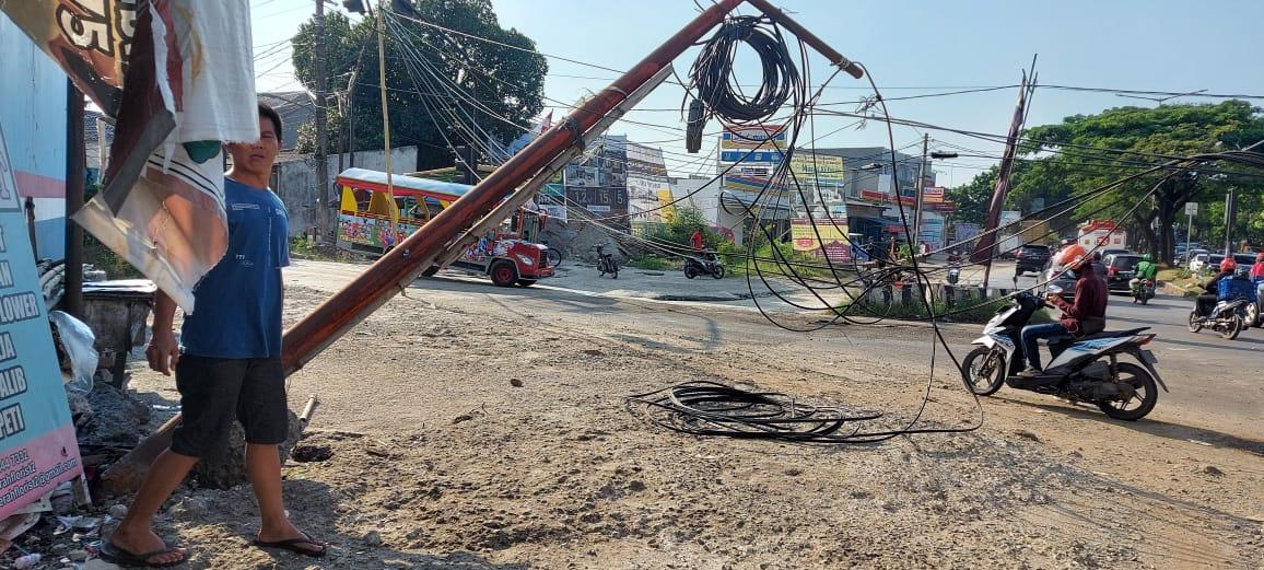 Untaian kabel yang bergelantung rendah tepat di perempatan wilayah Rawa Mekar Jaya, Serpong, Tangerang Selatan, Kamis, 16 September 2021 siang.